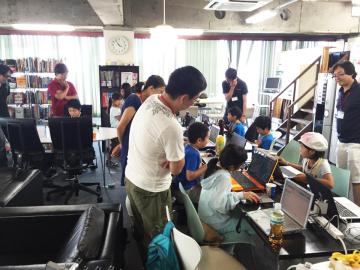 7Fで月1回開催されている小学生・中学生向けのプログラミングクラブの様子。7Fではイベントや勉強会も頻繁に行われていますので、快適に開催できるようにフォローをすることも業務となります。
