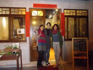 台湾の台中市のコワーキングスペース「好伴(ハオバン)」運営者のペイチさん達と。