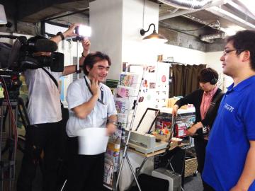 NHKによるテレビ取材。利用のための見学者さんはもちろんですが、それ以外にも、官公庁の行政の人・地域活性化に取り組んでいる企業・不動産業を行っている企業・メディア取材・他のコワーキングスペース運営者なども見学に来ますので、社会に出た時に必要となる対応能力やコミュニケーション能力を身に付けることができます。