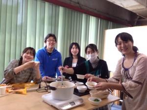 利用者さんと一緒にランチを食べながら交流するイベントを企画して、味噌汁を振る舞うイベントを行いました。