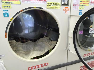 コインランドリーでブランケットを洗濯