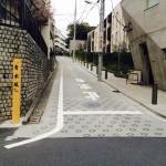 港区の坂には木製の標識が設置されている(青木坂)