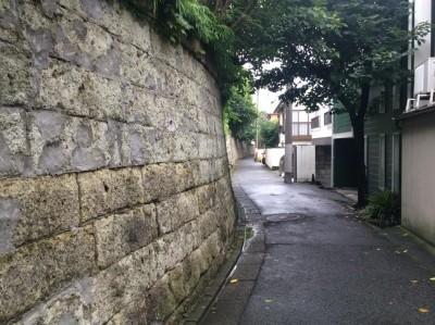 石垣の上と下で土地の高さが数m異なる