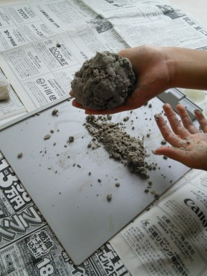 泥を丸めます