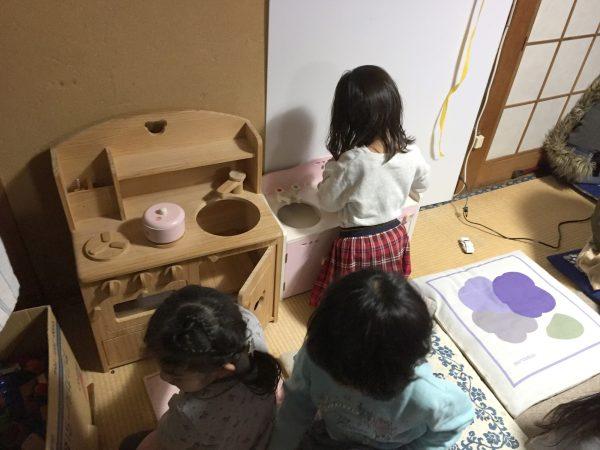 ミニキッチンで遊ぶ女の子