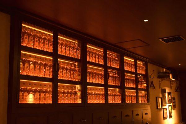 壁一面のウィスキーボトル