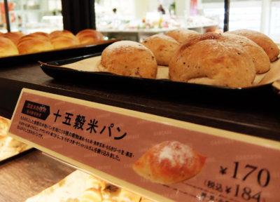 店頭に並ぶ焼きたてのパン