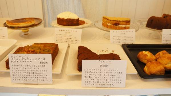 「めがねもり」のお店の焼きたてケーキ