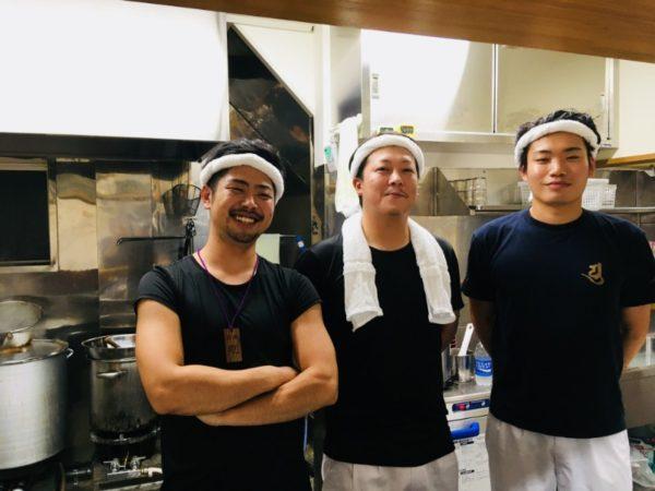 店長の荒井さんとスタッフの富山さん、上野さん