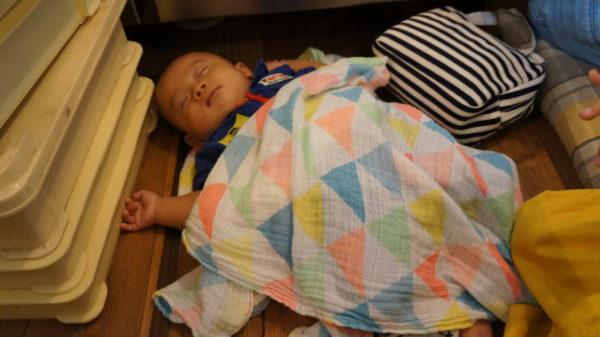 座敷の隅で寝る赤ちゃん