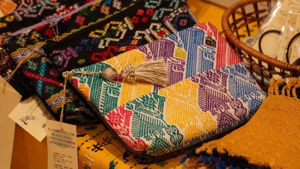 美しい刺繍で作られたガテマラのポーチ