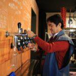 ビールを注ぐ菊池さん