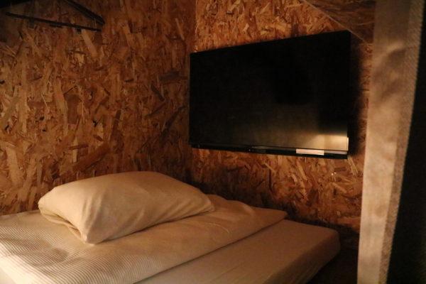 室内の大きなテレビ