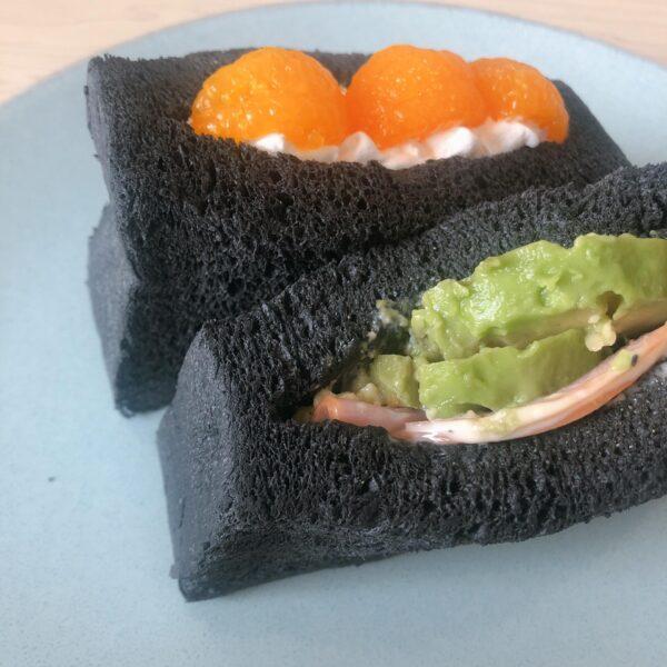 黒の生食パンのサンドイッチ